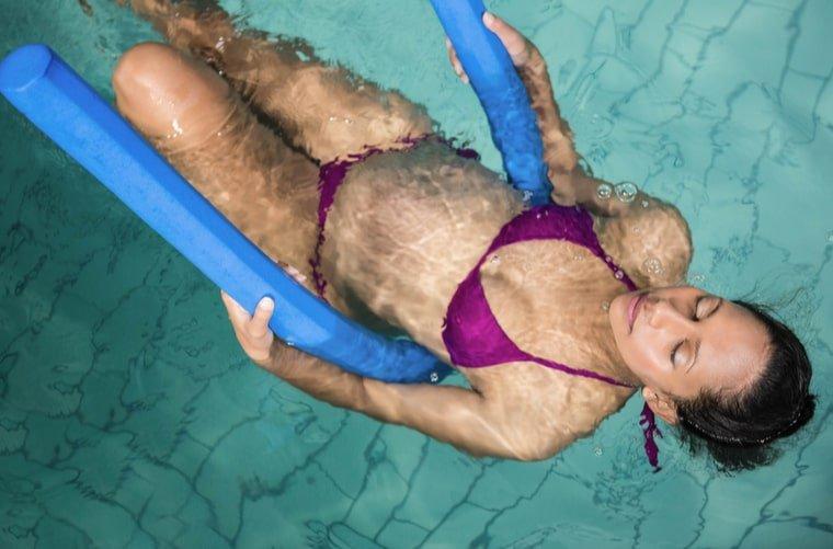 embarazada en piscina