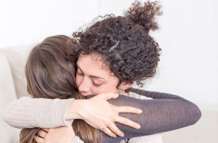 Mujeres consolándose