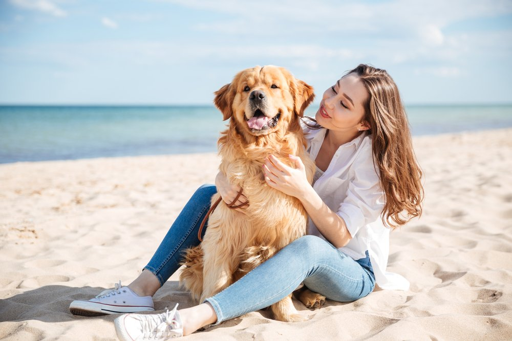 mujer-con-mascota-playa