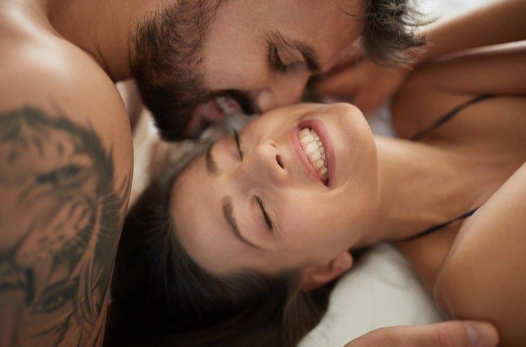 mujer-en-intimidad-con-su-pareja