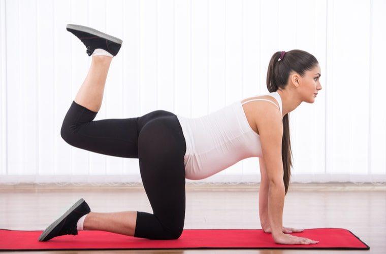 Embarazada haciendo ejercicios