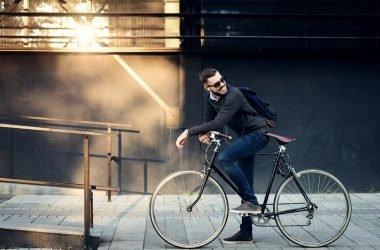 hombre va en bici al trabajo