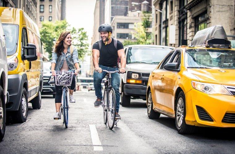 Pareja en bici al trabajo