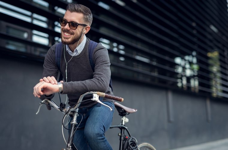 hombre feliz bici a la oficina