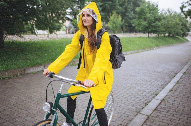 Mujer se protege de lluvia