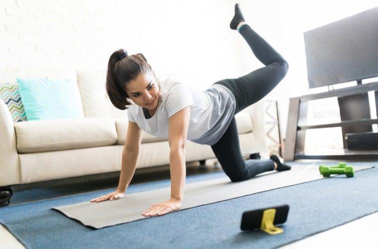 Mujer hace ejercicio con app