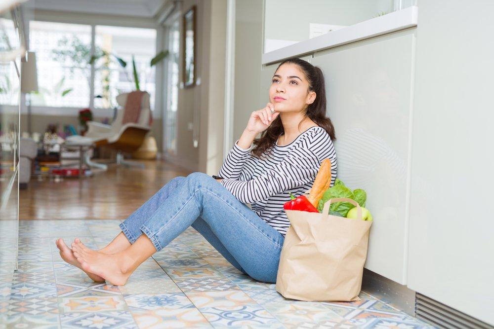Mujer con comida saludable