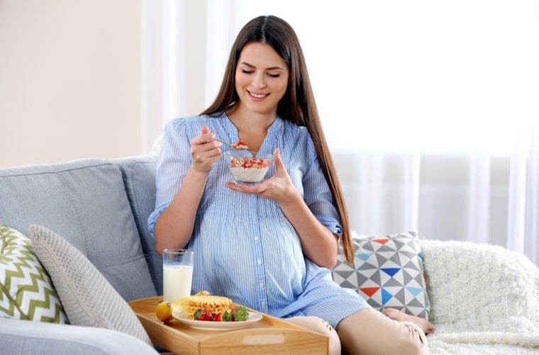 Embarazada comiendo frutas