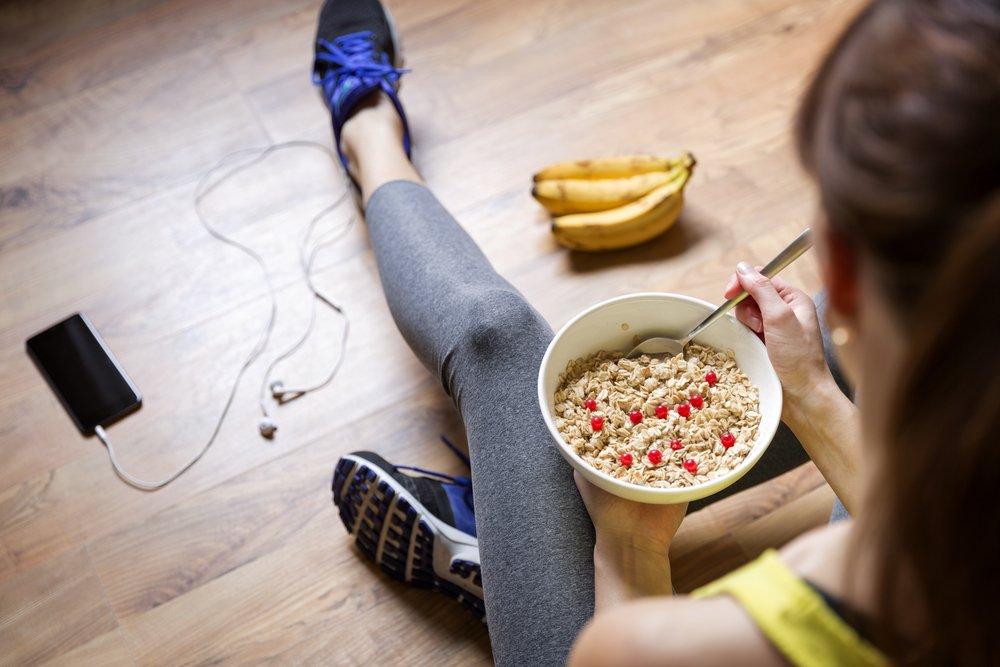 mujer comiendo después de alguna actividad física