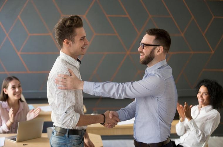 compañeros-de-trabajo-estrechando-las-manos