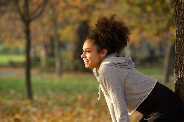 mujer feliz ejercitándose