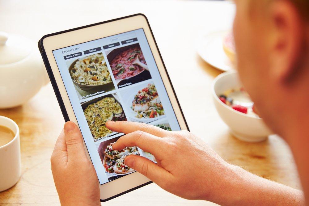 https://www.shutterstock.com/es/image-photo/person-breakfast-looking-recipe-app-on-311991677?src=F6XoDWhQV7J8vGaStrdXfw-1-23