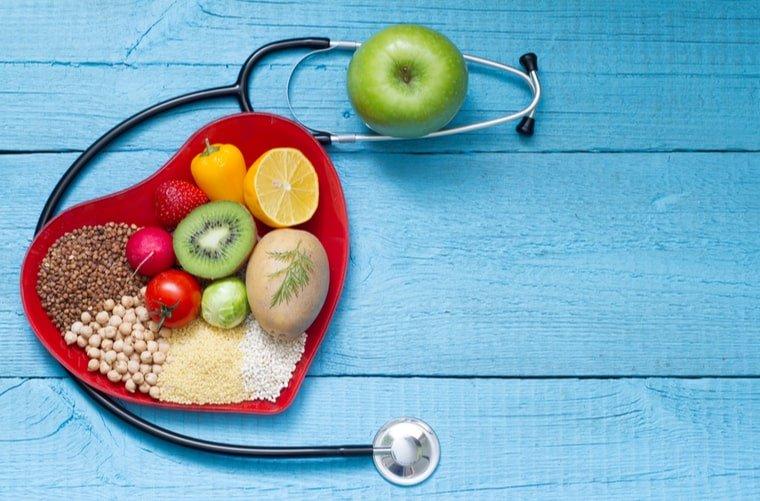 Corazón con alimentos saludables