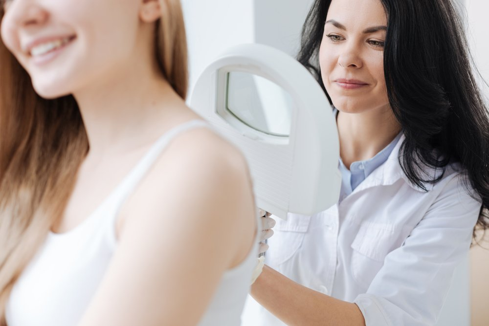 Dermatóloga en consulta sobre acné