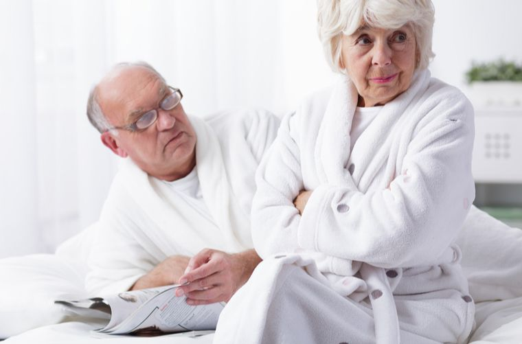 Adultos mayores en la cama