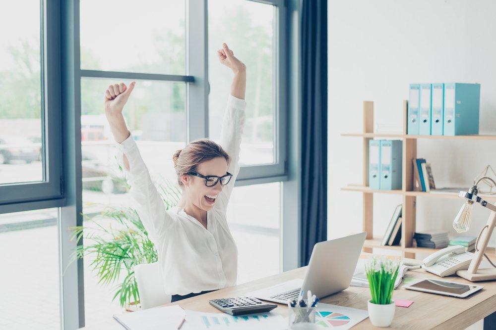 mujer feliz en oficina