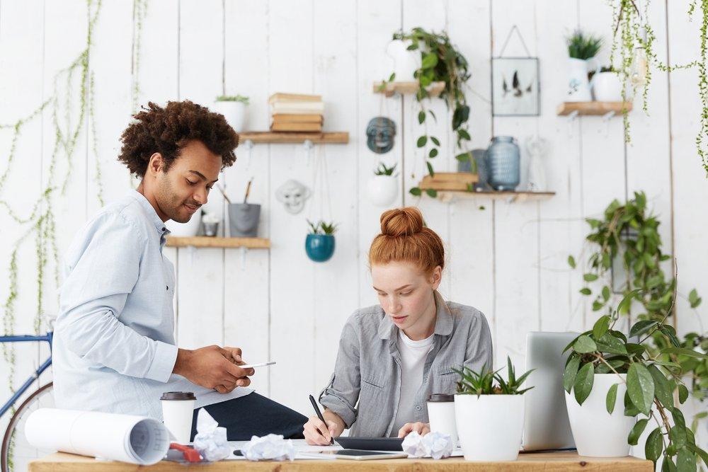 hombre y mujer trabajando en oficina