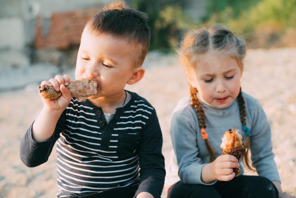 hermanitos comiendo pollo