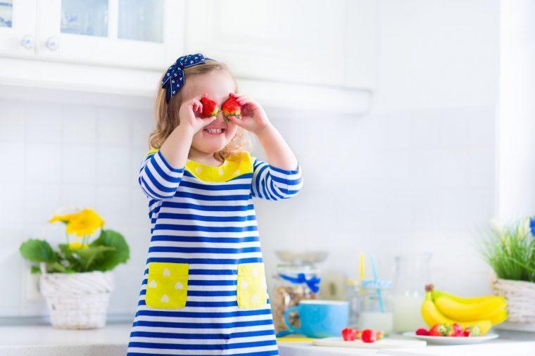 nina con alimentacion saludable