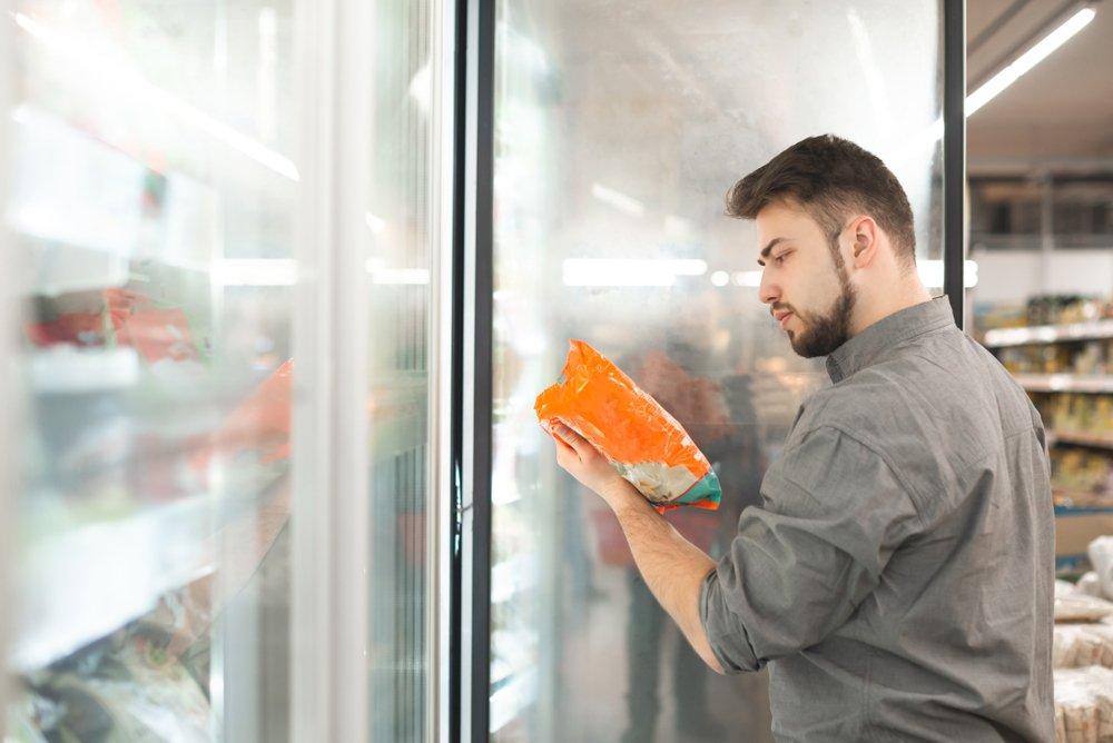 Hombre revisando la etiqueta de un alimento