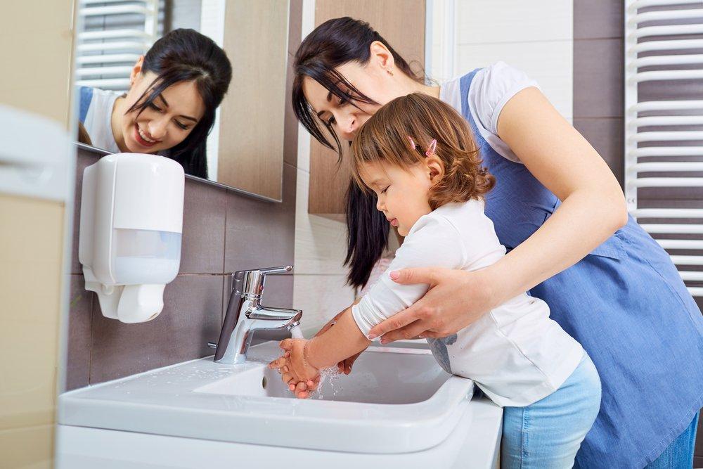 mama e hija lavando manos