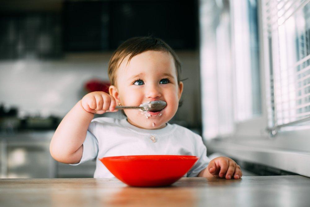 bebe comiendo sopa