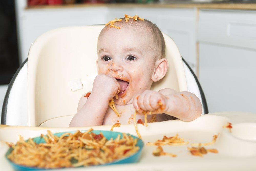 bebe comiendo pasta alimento blw