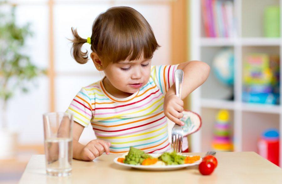 alimentacion saludable niña prevenir la obesidad