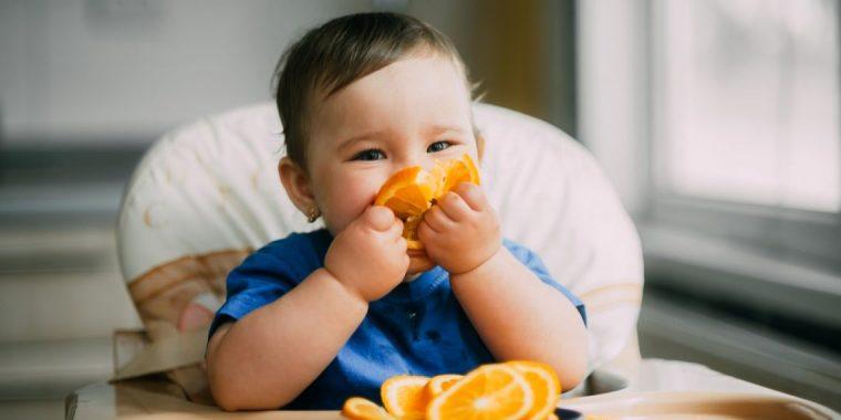 niña comiendo naranja blw