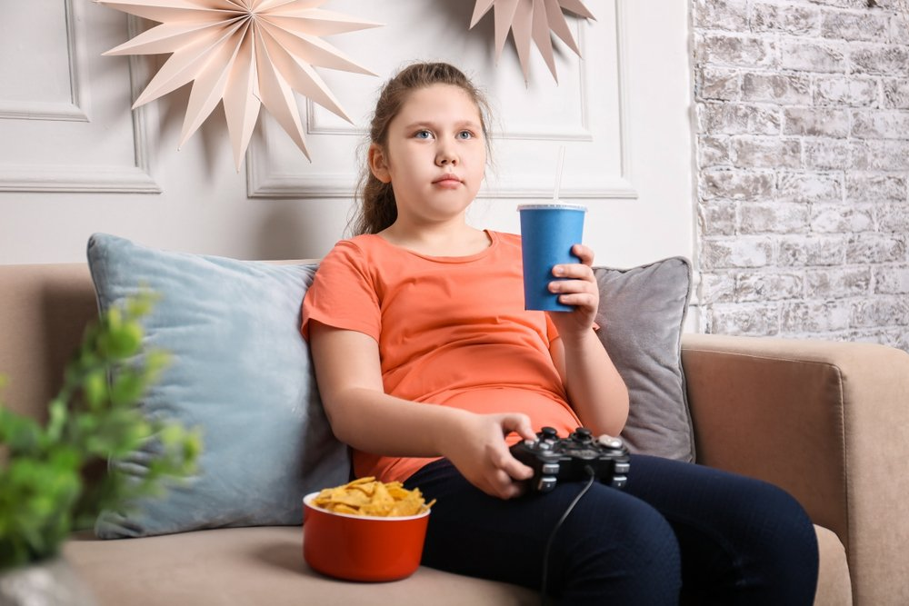 niña sedentaria comiendo