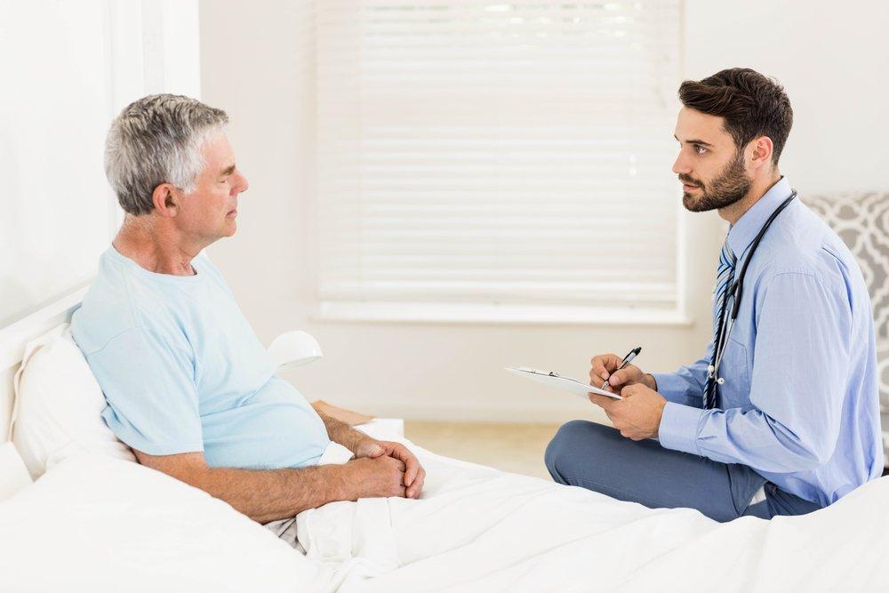 doctor atiende a adulto mayor