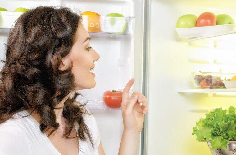 mujer buscando alimentos para ganarle al hambre