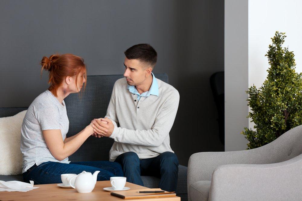 psicologo escucha mujer victima