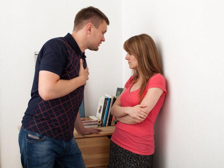 hombre discutiendo con mujer