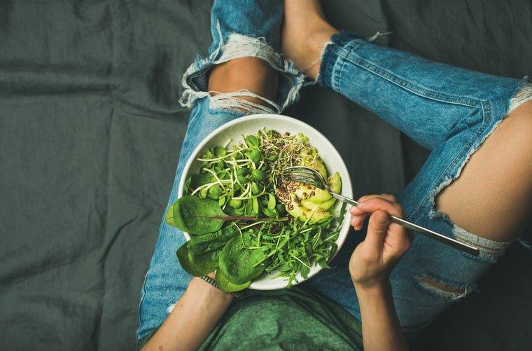 Mujer con plato saludable- veganismo