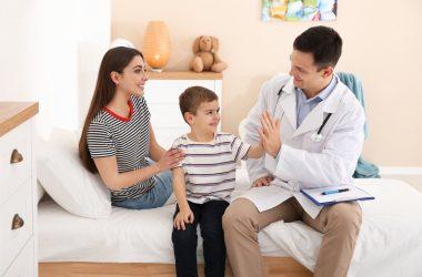 medico a domicilio con niño y mama