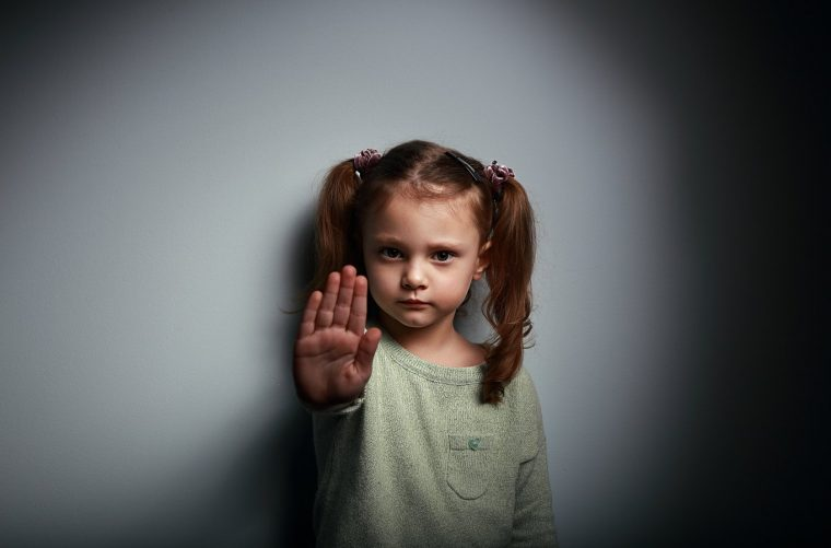 niña muestra mano no mas violencia contra la mujer