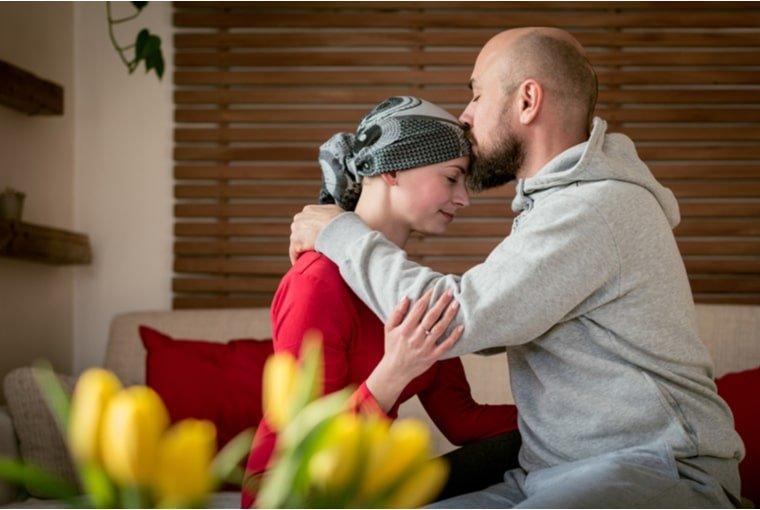 hombre besando mujer con cáncer