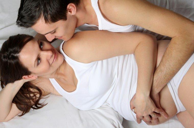 mujer-embarazada- con-su-pareja