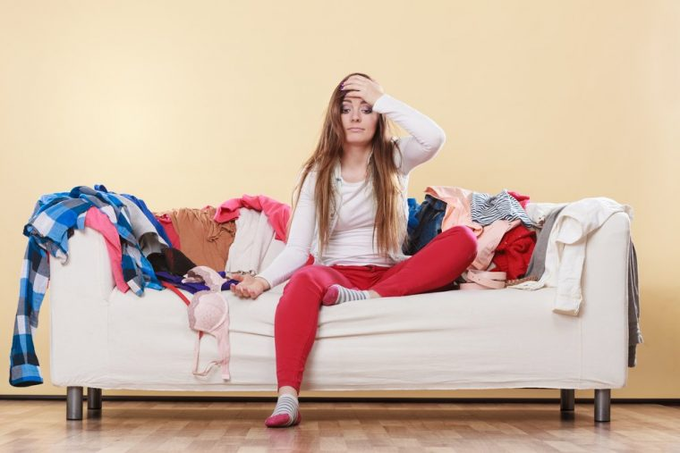 mujer con casa desordenada y estres