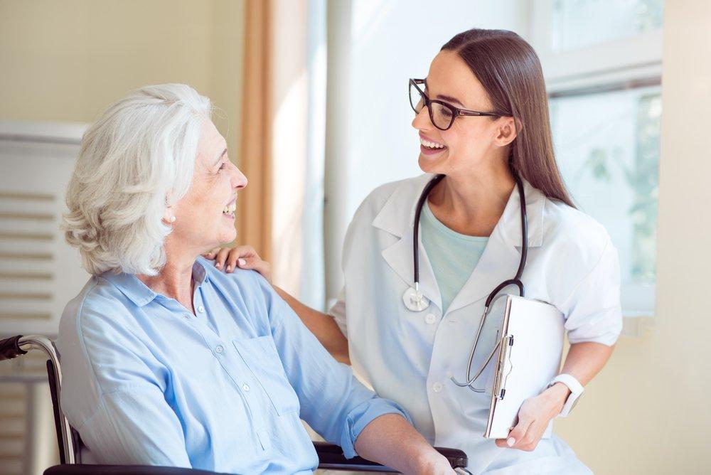 Médico atendiendo a una señora de edad
