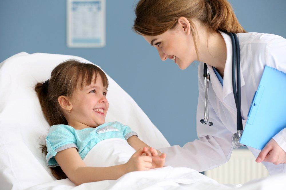Médico haciendo a su paciente pequeña
