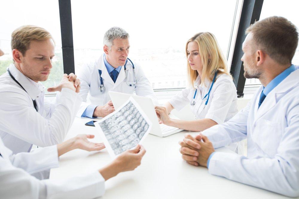 Médicos en junta para mejorar el servicio a los pacientes
