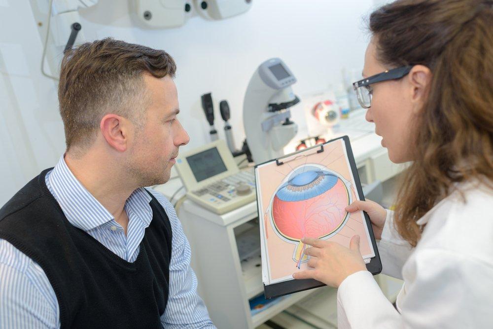 Oftalmóloga explicándole a paciente que es glaucoma ocular