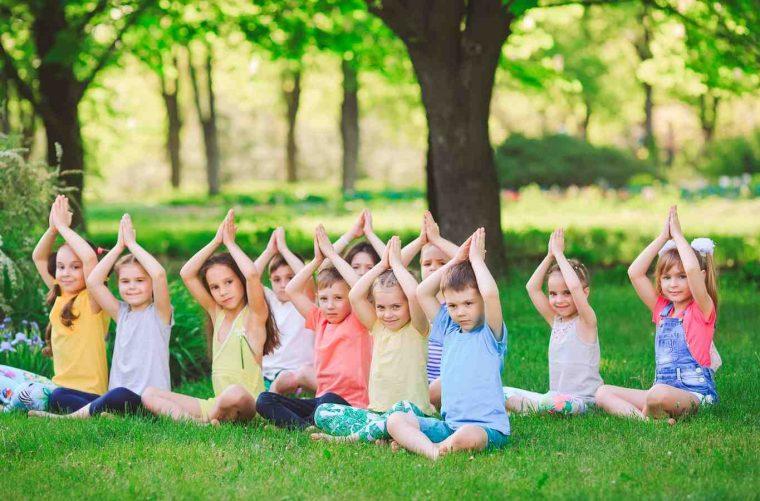 beneficios del yoga para niños en el parque