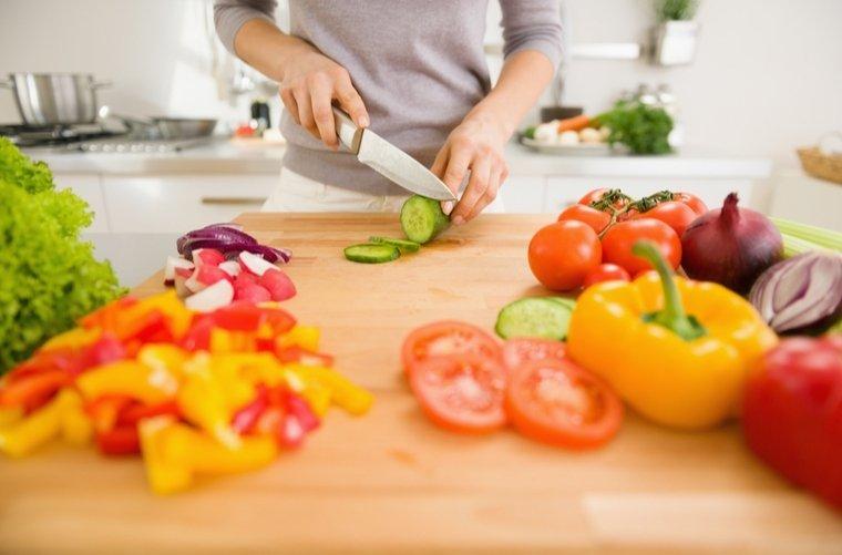 mujer-cocinando-saludable