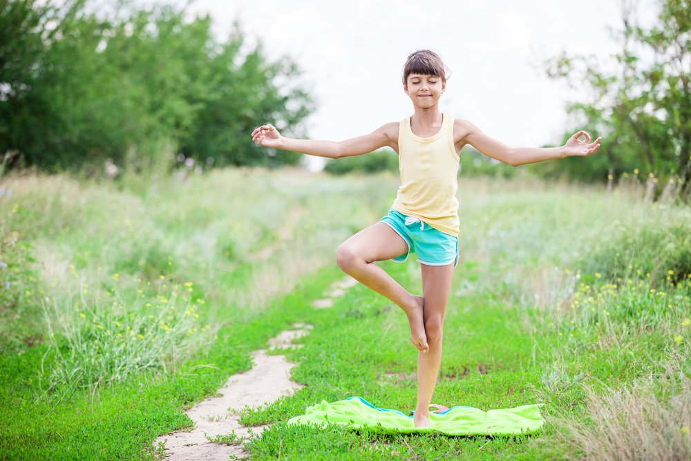 niña hace yoga