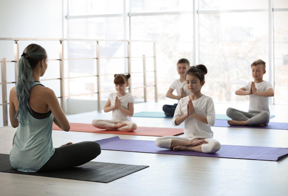 grupo de niños hacen yoga