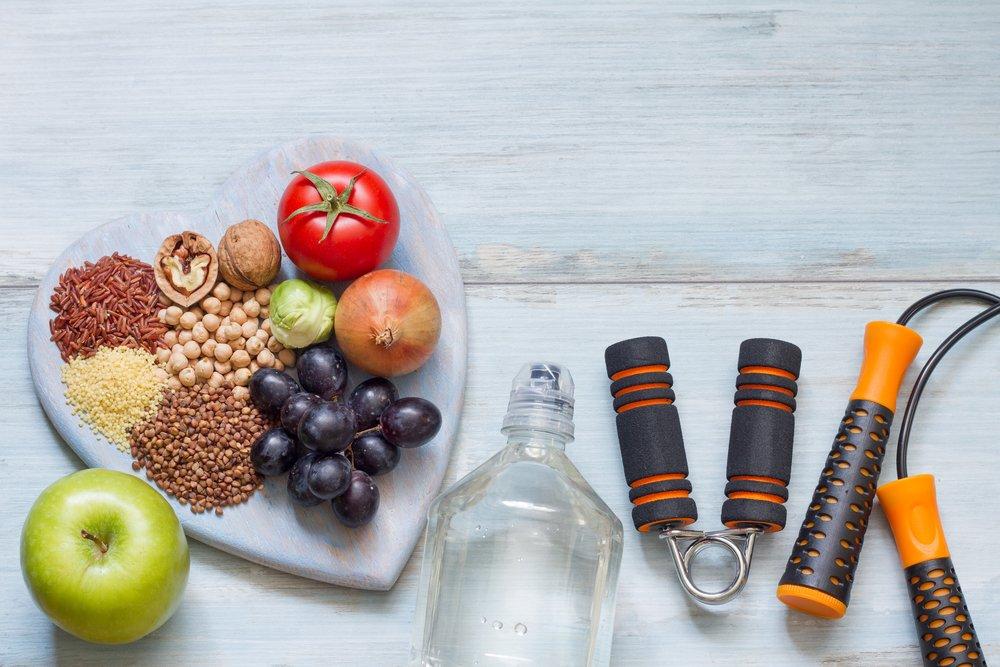 alimentos saludables y elementos de ejercicio