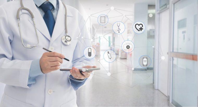 medico con tableta digital